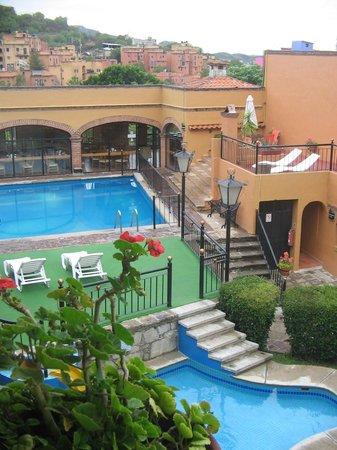 Hotel La Abadia Plaza : Alberca y restaurante en el fondo