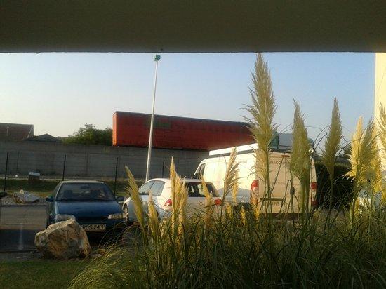 hotelF1 Avignon nord : Vue sur la voie rapide de la fenetre (camion rouge)