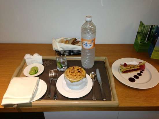 InterContinental Presidente Santa Fe: Roon service. Sopa de cebolla y un cake de fresas con crema.
