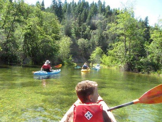 Trinity River Adventure Inn River Lodging: Kayaking on the lake