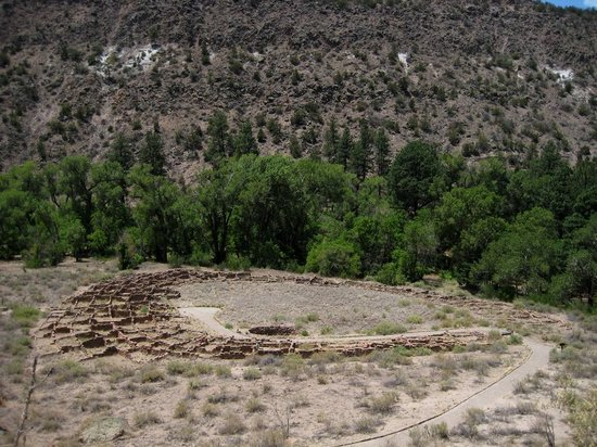 Bandelier National Monument: Remnants of dwelling walls
