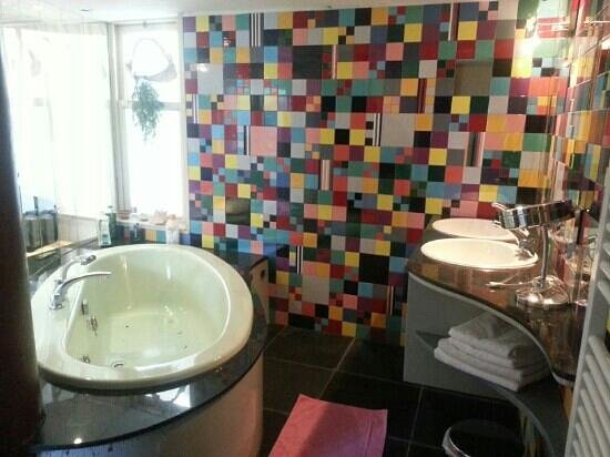 Frederic Rent a Bike - Rooms, apartments and houseboats : bathroom in the Mondriaan room