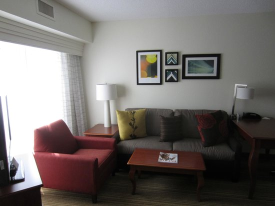 Residence Inn Charleston Airport: Large window accentuates colorful decor
