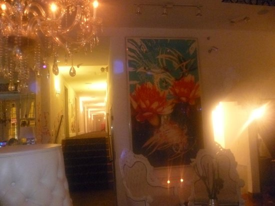 Posh South Beach Hostel : Entrada por el bar