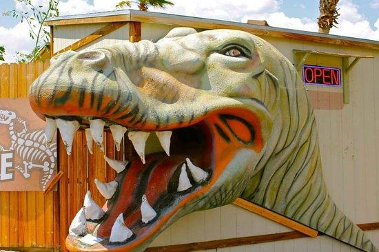 Cabazon Dinosaurs: Entrance