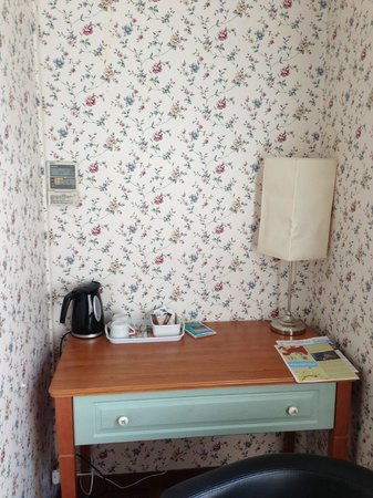 Hotel Eden: The desk