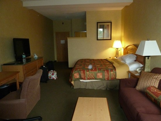 Best Western Plus Revere Inn & Suites: spacious bed area