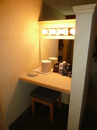 BEST WESTERN PLUS Revere Inn & Suites: make up/coffee area