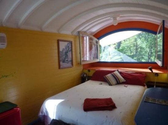 Eumundi's Hidden Valley Bed and Breakfast: Our train carriage bedroom