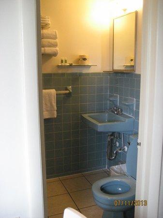 Safari Motel Boardwalk : Small Bathroom