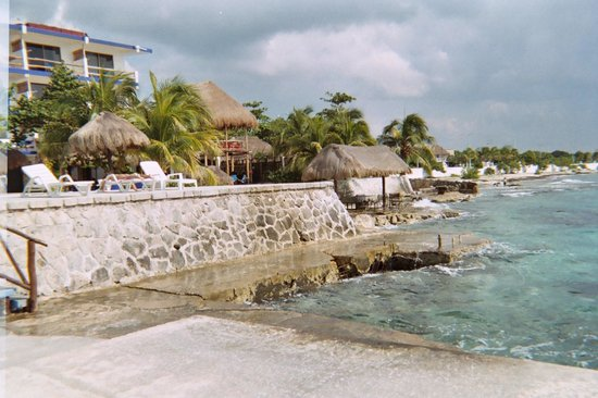 Blue Angel Resort: Rear of hotel from shore line