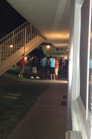 Quality Inn & Suites Thousand Oaks: group of noisy men outside my window/door from 9pm until midnight