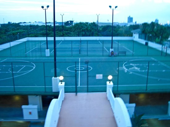 Holiday Inn Club Vacations Cape Canaveral Beach Resort: Basketball Court on Roof of Garage