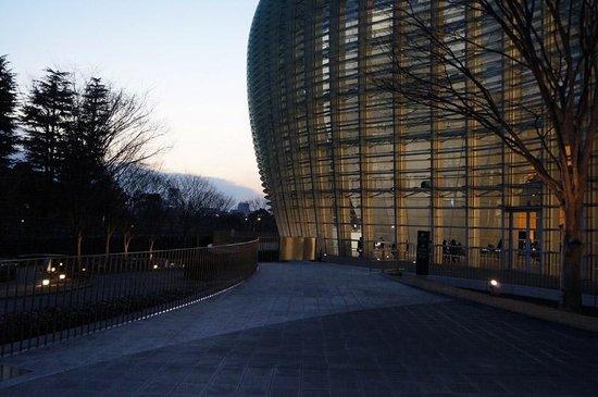 The National Art Center, Tokyo : 夕暮れになると光を放出してすてきなシルエットに。