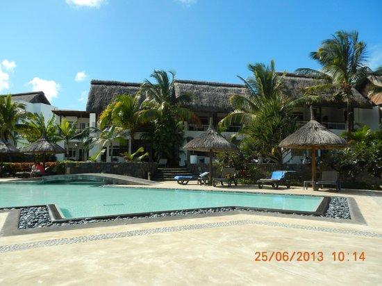 Laguna Beach Hotel & Spa: Voici une partie piscine et chambre de l ' hotel .