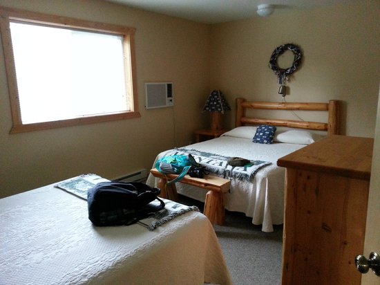Glacier Outdoor Center: cabin 2 upstairs bedroom