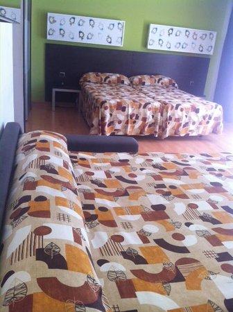 Sol y Sombra: Habitacion con cama de matrimonio al fondo y delante sofa cama