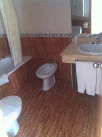 Sol y Sombra: Cuarto de baño muy limpio y nuevo