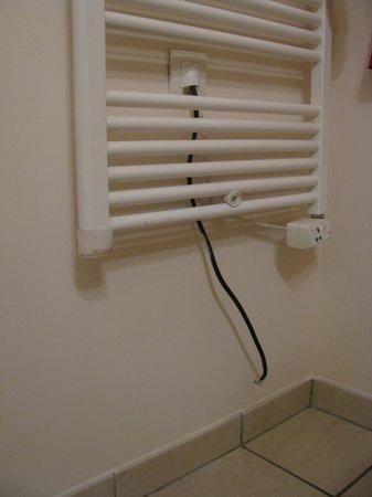 Pierre & Vacances Residenz Heliotel Marine: le radiateur de salle de bain et son fil qui va vers le couloir.