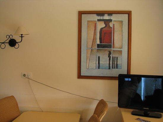 Pierre & Vacances Residenz Heliotel Marine: Les cables de TV au dessus de la table.