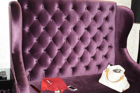 Citadines Mercer Hong Kong : Comfy purple sofa