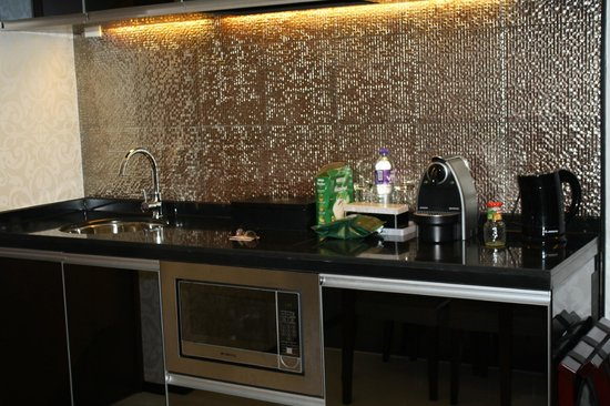 Citadines Mercer Hong Kong : Kitchenette with coffee maker machine
