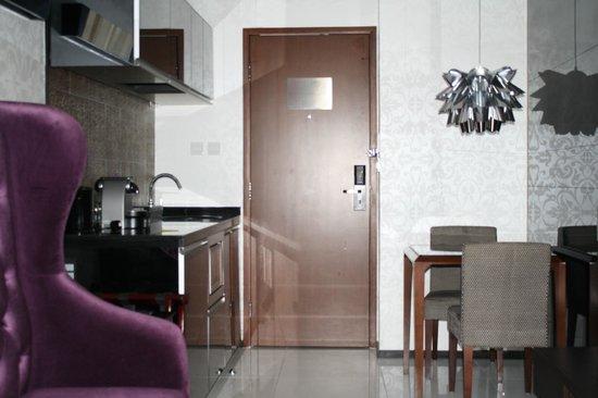 Citadines Mercer Hong Kong : Entrance door to the suite