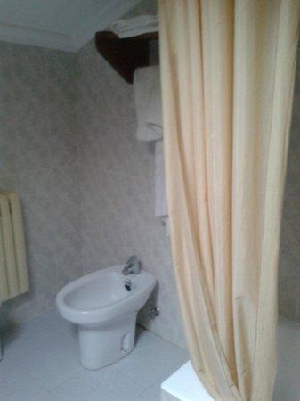 Hotel Los Angeles: Part of the bathroom