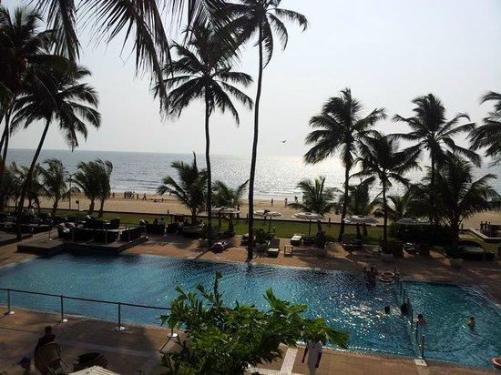 Novotel Mumbai Juhu Beach: poolside and the beach