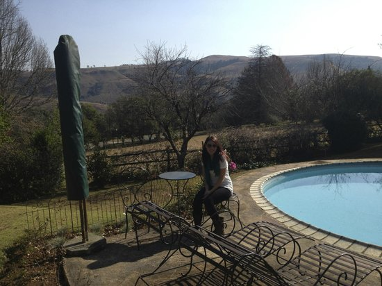Cathkin Cottage Bed and Breakfast: Pool/garden area