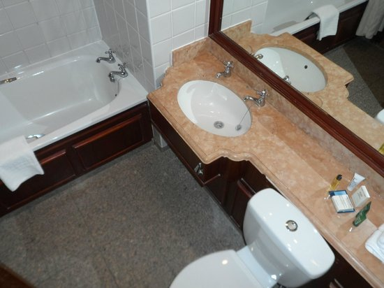 Hilton East Midlands Airport: bathroom