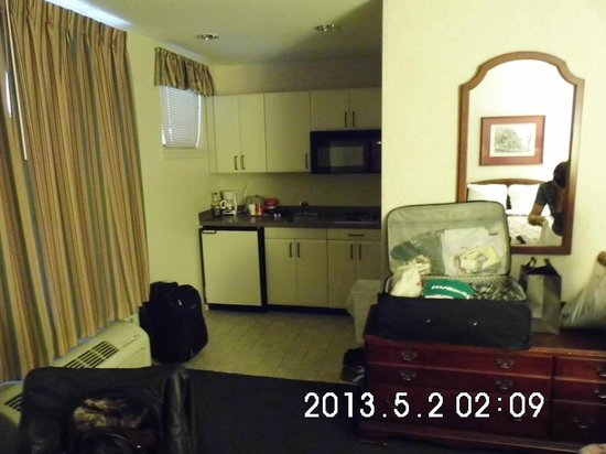 Federal City Inn & Suites: kitchenette