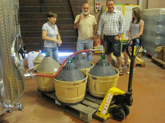 Pagus Wine Tours : People filling up their own bottles to take home
