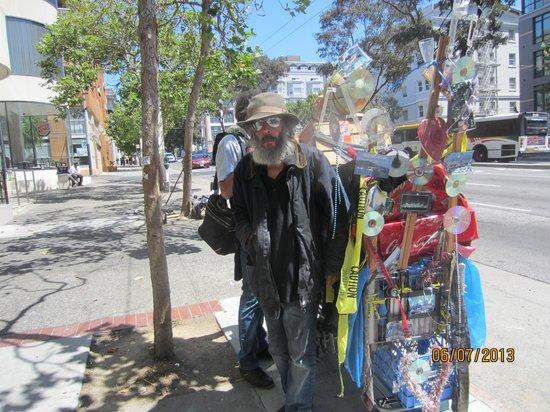Oasis Inn: einer der vielen obdachlosen gegenüber oasis-inn