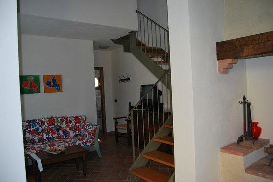 Rigone in Chianti: Wohnzimmer und Aufgang zum Schlaf- und Badezimmer Nummer 2