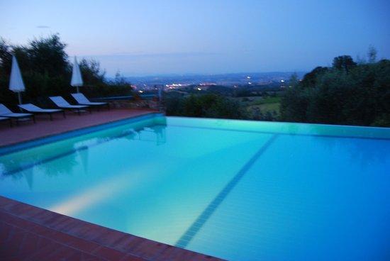 Rigone in Chianti : Pool am Abend