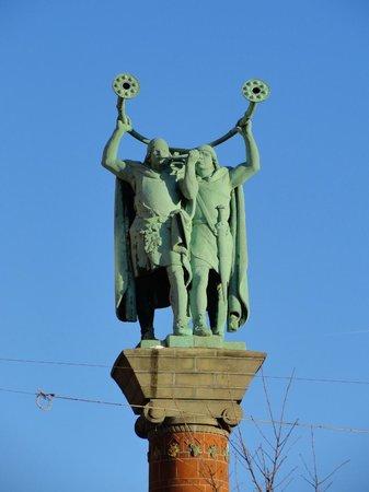 New Port Tours - Discover Copenhagen : Radhuspladsen, Lurblaeserne