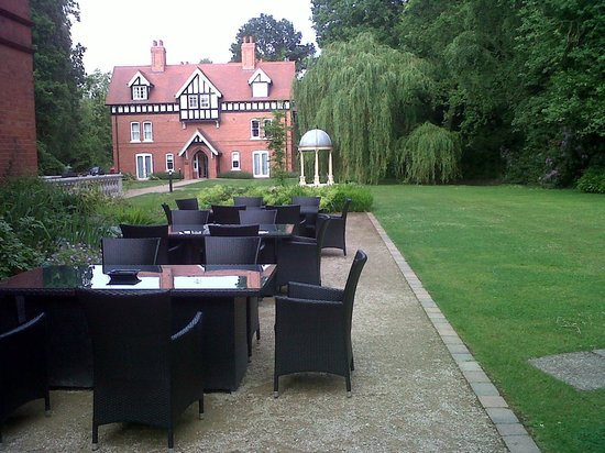 Dower House Hotel: View of the garden and lodge house