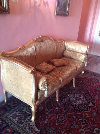 Hotel Villa Foscarini: historic sofa