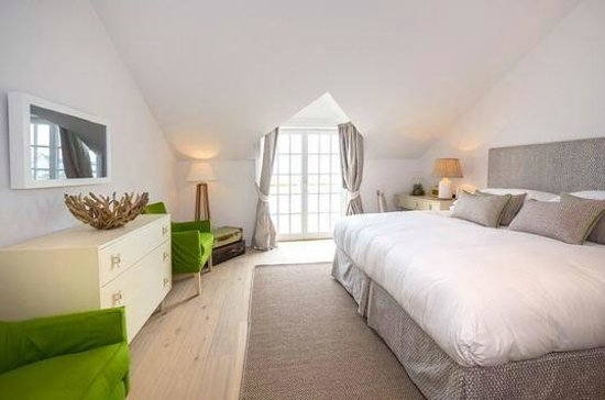 The Idle Rocks: A Seaview Bedroom