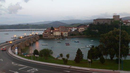 Hotel Faro De San Vicente: Vistas a la ría y el castillo desde la habitación [1305]