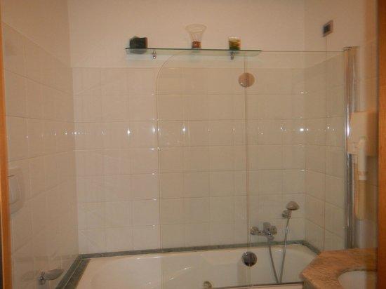 Relais Forus Inn: Bathtub with jacuzzi function