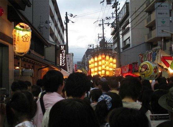 Via Inn Kyoto Shijo Muromachi: 宵々々山 ホテル前