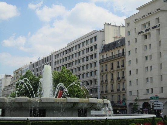 Hotel Paris Neuilly : 駅の出口からホテルがすぐ見えます(右端)