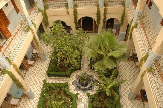 Riad Dar Sbihi: Courtyard as seen from the terrace
