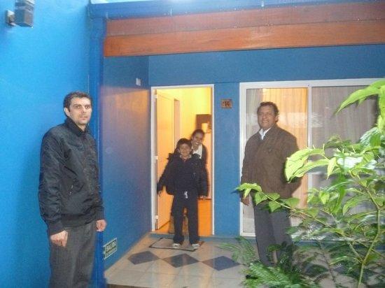 Cabanas Luces de la Selva: Carlos, de recepción junto al Sr. Rafael Carballo, a la entrada de la cabaña.