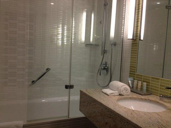 Radisson Blu Hotel, Hamburg Airport: Compact and modern bathroom