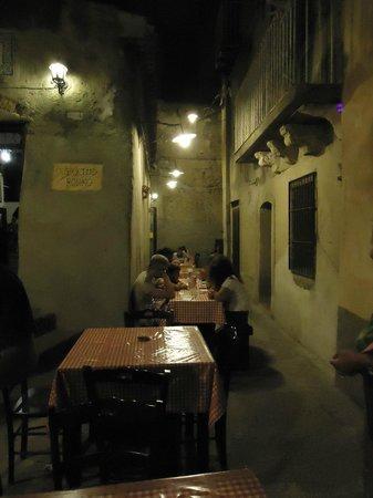 Pizzeria Vecchio Forno: I tavoli nel vicoletto.