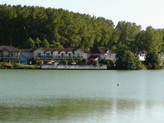 Pierre & Vacances Résidence Le Hameau du Lac : Résidence vue du lac