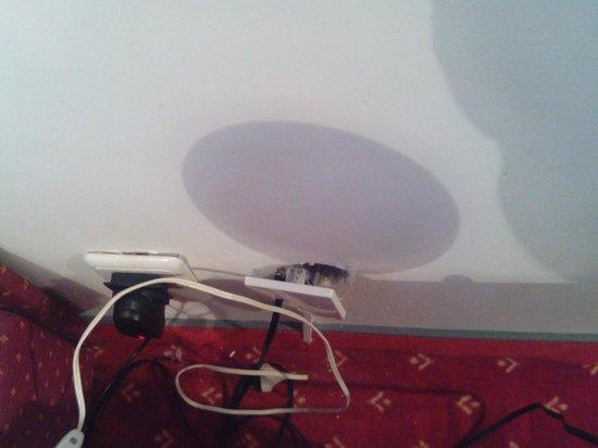 Hotel Sumratin: Plug socket - left side of bed